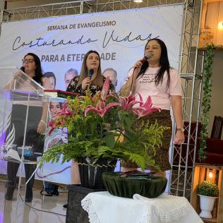 Mulheres se fortaleceram na fé através de louvores. [Foto: Ana Luiza Ávila de Andrade].