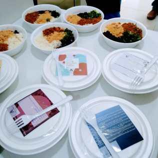Comida vegetariana foi servida em marmitas (Foto: Mírian Dutra)