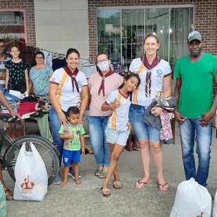 Organizadores do bazar solidário. [Foto: Clube de Aventureiros Vagalumes].