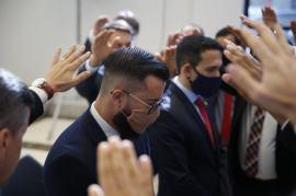 Oração de imposição de mãos na solenidade de ordenação. [Foto: Paulo Ribeiro].