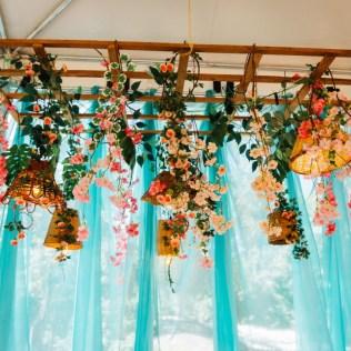 Flores e luminárias suspensas são usadas para decorar o local (Foto: Divulgação)