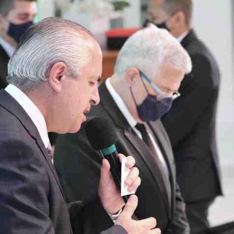 Pastor Maurício Lima intercede pelos pastores ordenados (Foto: Vanessa Moraes).