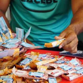 300 kits personalizados com álcool em gel, canetas e barras de cereal foram entregues por uma equipe da Missão Calebe na entrada do Colégio Municipal Paulo VI, em Juazeiro. (Foto: Ivo Araújo)