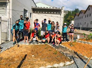 Canteiro do pátio da Secretaria de Saúde de Benedito Novo foi revitalizada pelos jovens. [Foto: Reprodução].