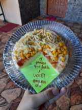 Jovens colocaram mensagem bíblica junto com pizza. [Foto: Maria Eduarda Piason].