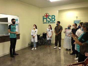 Profissionais de saúde recebem homenagem dos voluntários. [Foto:Silvana Benitez].