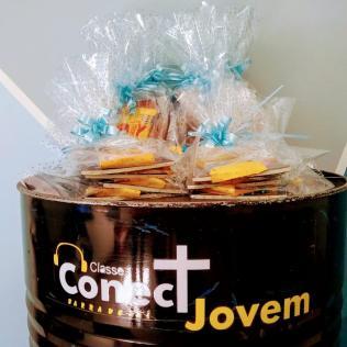Grupo colocou livros e chocolates em pacotes de presentes. [Foto: Reptodução].