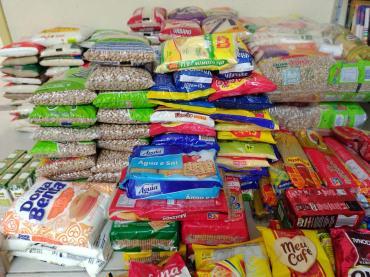 Mais de 200 kg de alimentos não perecíveis foram doados para famílias carentes. (Foto: Reprodução)