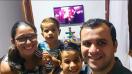 Pastor Pedro e sua família acompanham a programação