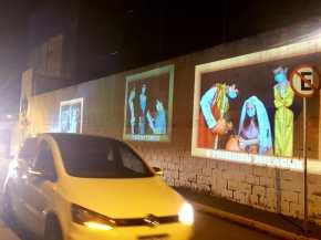 Carros passaram por imagens da Via Dolorosa encenadas pelos alunos do Ensino Médico