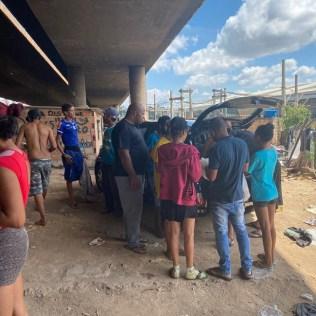 Moradores em situação de rua recebem almoço de páscoa. (Foto: Renata Paes)