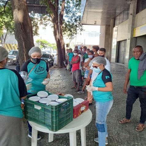 Assim que a equipe chegou, filas foram se formando(Foto: Renata Paes)