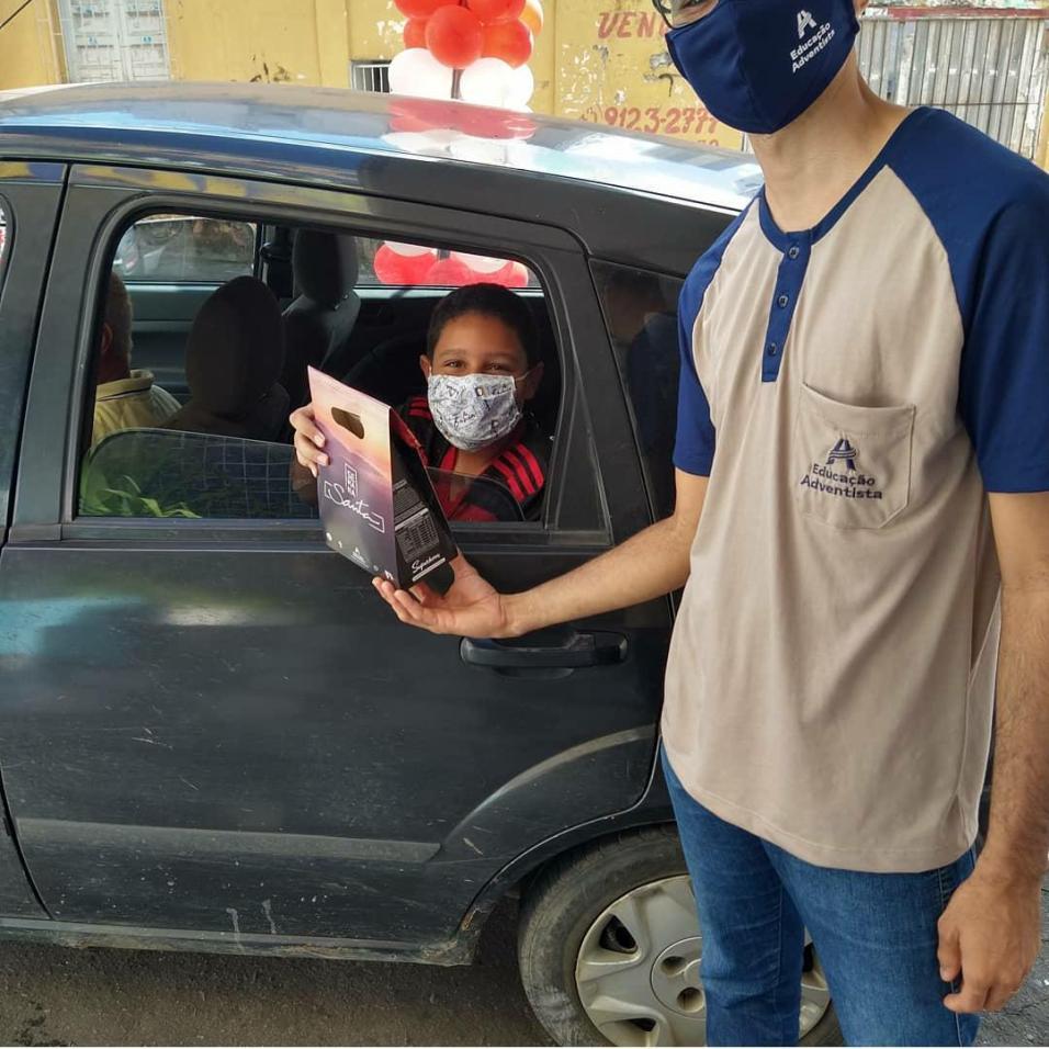 Alunos da Rede Adventista receberam kit de páscoa por drive-thru em Itabuna e outras 3 unidades escolares do sul da Bahia. (Foto: Reprodução)