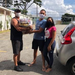 Na Igreja Adventista da Pampulha as entregas de cestas ocorreram de forma delivery. Os membros colcoaram as cestas nos carros e foram entregar às famílias carentes. (Foto: Arquivo pessoal)