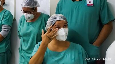 Funcionários de hospital se emocionam com homenagens de alunos. [Foto: Sandy Mayara da Silva].