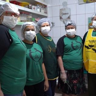 Equipe voluntária durante presença da TV Globo (Foto: Reprodução).