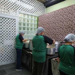 As refeições começam a ser preparadas às 9h da manhã (Foto: Gabriela Victório).