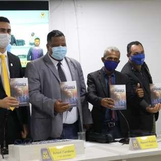 Os vereadores receberam um kit com necessaire personalizada, livro missionário e folheto de apresentação do Clube de Desbravadores. (Foto: Evellin Fagundes)