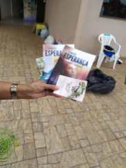 Livros, bilhetes e bombons foram entregues às famílias da comunidade. [Foto:Eder Rodrigues].