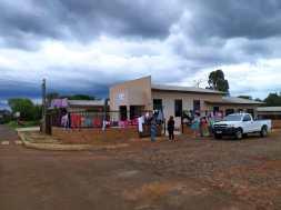 Famílias da comunidade buscam doações em templo adventista. [Foto:Eder Rodrigues