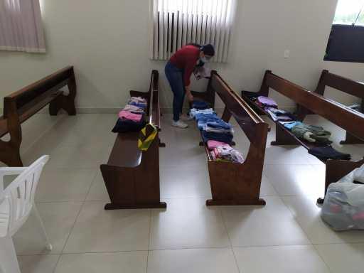 Vestuários e calçados foram doados por fiéis e por outras pessoas da comunidade. [Foto:Eder Rodrigues].