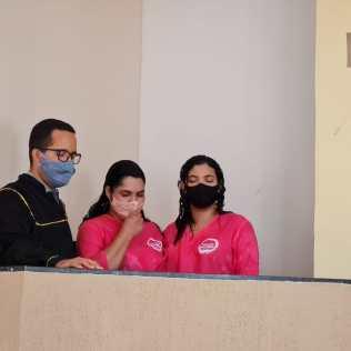 Batismo de Geisa e sua filha Evelyn Camile no templo adventista de Lagoa Verde, Maniçoba - BA. (Foto: Reprodução)