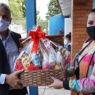 Diretor entrega kit para cuidadora de idosos. Ação faz parte de uma série de atividades comemorativas
