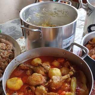 Aos domingos, Edleuza e equipe preparam e distribuem almoço. (Imagem: reprodução)