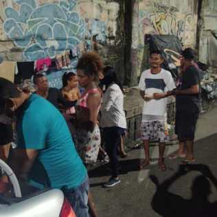 Pessoas em situação de rua recebem doações de grupo voluntário, em Recife (Foto: Divulgação)