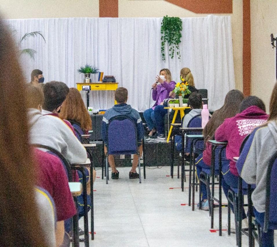 Estudantes assistiram evento presencialmente e pela internet. [Foto:Gabriel David dos Santos]