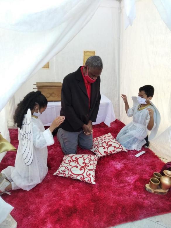 Igreja do Jardim Maia montou uma tenda de oração com dois anjinhos (Foto: Arquivo Pessoal).
