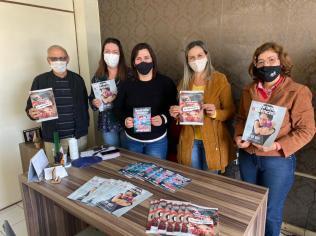 Secretária de Educação de Tijucas recebe das mãos do pastor Salézio exemplares da revista Quebrando o Silêncio