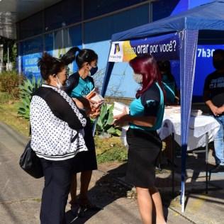 Uma tenda foi montada na porta da Igreja para orar com as pessoas e entregar livros com mensagens de esperança.