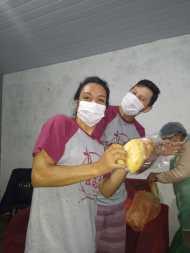 Voluntários durante preparação de refeições em comunidade de São Francisco do Sul. [Foto: Reprodução].