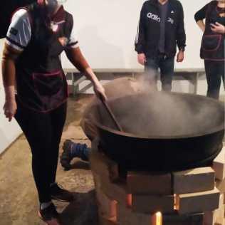 Líderes do clube preparam feijoada. [Foto: Reprodução].