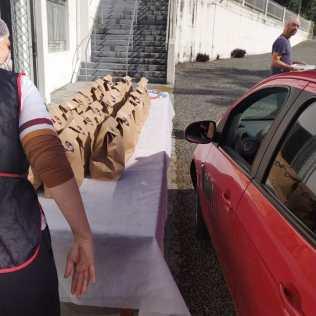 Mais de 450 kits com feijoada, salada e arroz foram preparados pelo clube. [Foto: Reprodução].