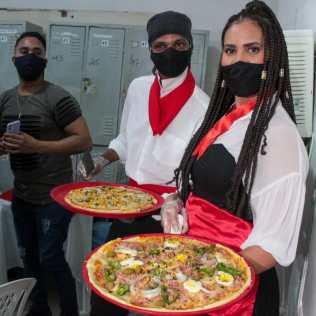 Pizzas foram distribuídas pelos voluntários da unidade. (Foto: Edivam Silva)