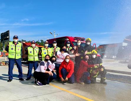 Direção do colégio, professores e bombeiros posam para foto. [Foto: Reprodução].