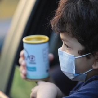 Crianças recebem os kits com o cofrinho no Delivery da Igreja Adventista Central Rio. Fotos: divulgação
