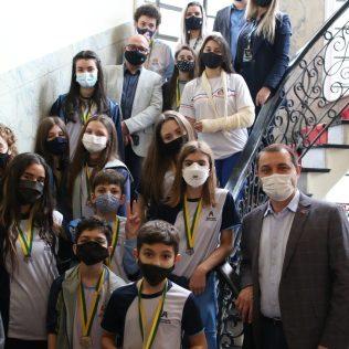 Governador e estudantes da Escola Adventista de Tubarão na residência oficial do chefe do executivo