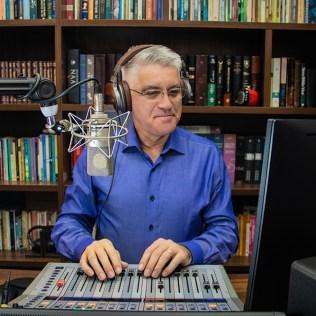 Em seu estúdio atual, Amilton produz lives e reflexões em áudio.