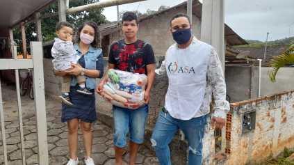 Família recebe cesta básica de voluntários da igreja. [Foto: Reprodução].