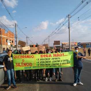 Cartazes e faixas chamaram atenção de quem pasava pelas ruas. (Foto: Reprodução)