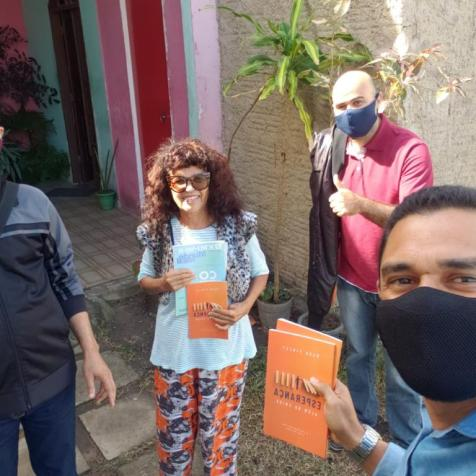 Os evangelistas foram desafiados a entregar livros missionários na vizinhança. (Imagem: reprodução)