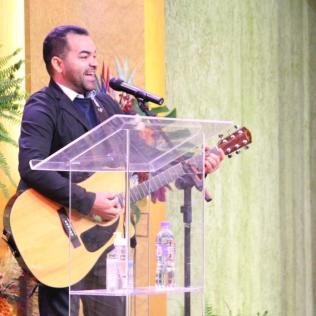 Cantor Raimundo Filho dirigiu os louvores congregacionais durante os cultos (Foto: Comunicação APL).