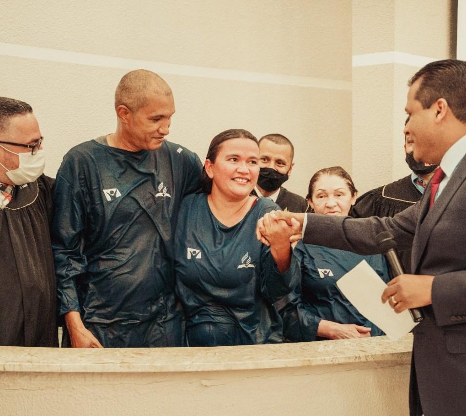 Casal tomou a decisão pelo batismo (Foto: Comunicação APL).