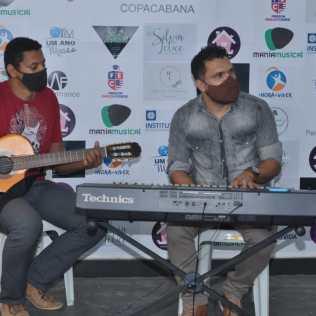 Karaokê com banda ao vivo