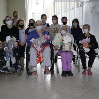 Crianças posam para foto após homenagearem idosos. [Foto: Paulo Ribeiro].