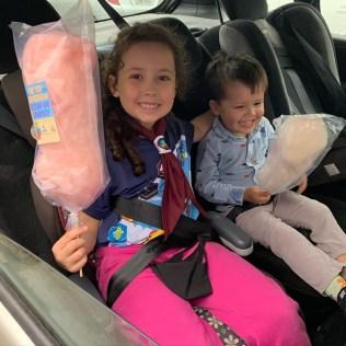 Crianças ganharam algodão doce durante drive-thru. [Foto: Reprodução].
