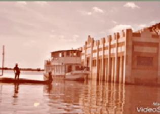 Lancha atendendo populares no mercado de Xique- Xique durante a grande enchente de 1979. Arrecadação de donativos. (Foto: Reprodução)